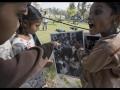 Alisha, Ankada et Payal Rajak rient en se reconnaissant sur l'un des tirages d'une exposition photographique.
