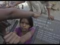 Des enfants jouent au pied du monument commémoratif de la catastrophe.