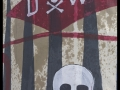 Le char représentant une cheminée d'usine Dow Chemical, aspergé d'essence.